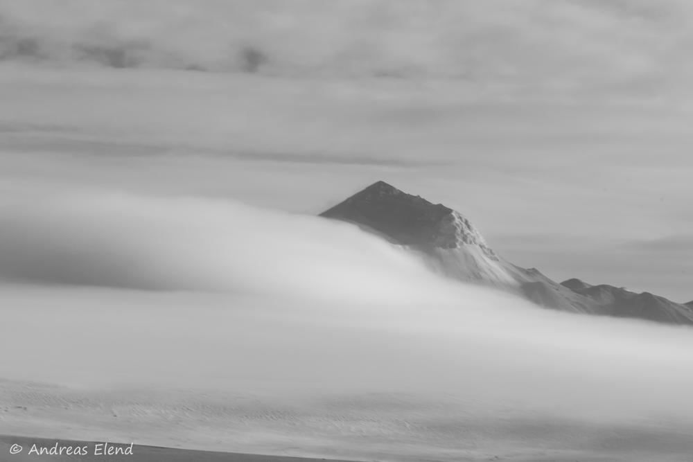 Nebelfließen im winterlichen Hochland