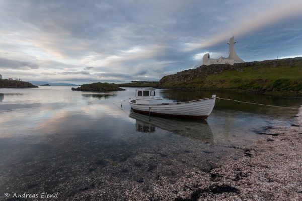 Boot und Kirche in Stykkishólmur