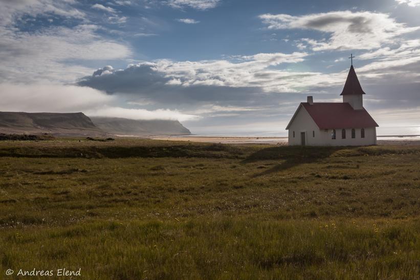 Kirche vor Breidavik-Strand