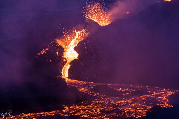 Vulkankrater im Rauch
